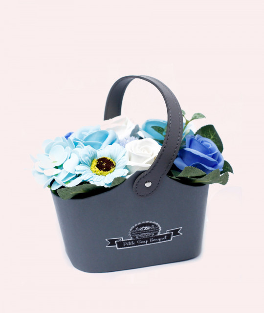 Väike lillekimp seebist korvis, Sinine
