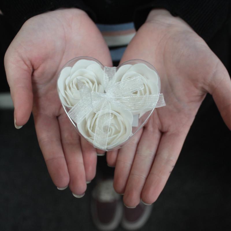 Komplekt 3 lilleseebiga, Valged roosid